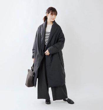 黒のロングダウンコートに、黒のワイドパンツを合わせたシックな組み合わせのコーディネートです。トップスはあえてボーダートップスで、白を覗かせてカジュアルさをプラス。小物やバッグもダークトーンで揃えて、大人っぽい着こなしに仕上げています。