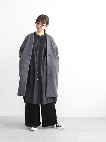 グレーのノーカラーコートに、同系色のシャツワンピースと黒のワイドパンツを合わせたスタイリングです。全体をダークトーンでまとめていますが、それぞれトーンが違うので重たい印象になりません。足元はあえてスニーカーをチョイスして、おしゃれにカジュアルダウン。