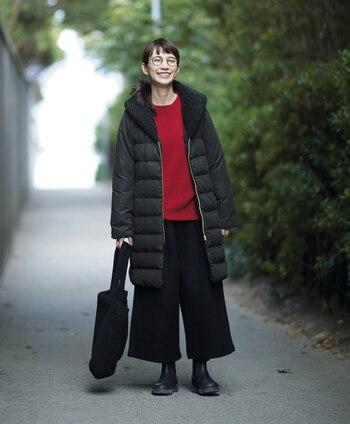 黒のベーシックなダウンコートはワイドパンツやシューズ、バッグまで黒で揃えて統一感のある着こなしに。トップスは季節感たっぷりな赤ニットをチョイスして、上手に差し色をプラスしたシックなデイリーコーデの完成です。