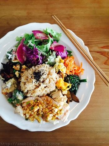 彩りも美しいお食事は、モチモチとした食感の美味しい玄米に、作り手が見える有機野菜を使用していて安心安全。体にやさしい良いものでできているごはんです。