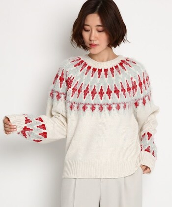 袖丈が長めで、ゆったり着られる白ベースのノルディックニット。ほどよく詰まったラウンドネックは、トレンド感をアピールできるデザインです。白×赤×グレーのカラーリングが、季節感たっぷりな一枚ですね♪