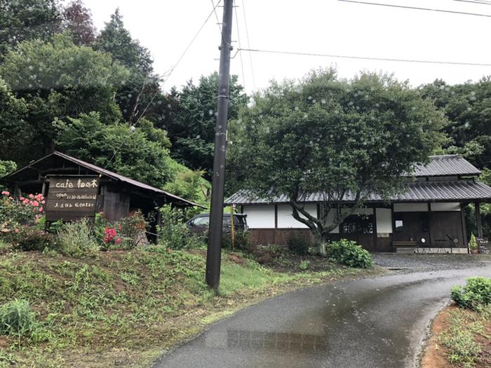 笠間ののんびりした里山の風情を楽しむなら「cafe 柚の木 (カフェ ユズノキ)」はお勧めのお店です。 【田畑広がる中にぽつんと建つ「cafe 柚の木」。一軒家の店内は、天井が高く開放的。】