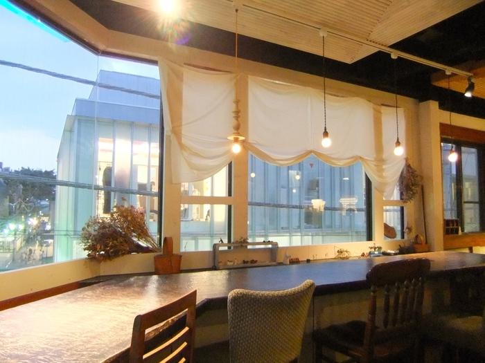 東急裏のビル3Fにあるお店です。隠れ家風ながら大きな窓から外を眺めながらゆっくりできる吉祥寺の人気カフェです。お買い物帰りのカフェタイムにはもちろん、お食事が美味しいことでも有名なのでランチやディナーにもおすすめです。カウンター席はおひとりの方にも人気のお席です。