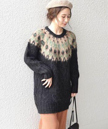 ノルディック柄とケーブル編みを組み合わせた、季節感たっぷりなチュニック丈ニットです。柄の部分にはモヘヤを採用し、ふわふわのキュートな質感に。黒ベースの大人っぽいカラーリングは、どんなテイストでも着こなせるアイテムです。