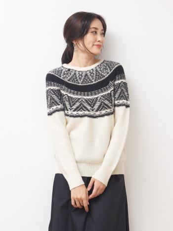 ジャガードニットにカノコ編みを組み合わせ、編地にこだわってデザインされたノルディック柄ニットです。ベーシックなカラーで、どんなボトムスとも合わせやすいのが魅力。ネックラインが詰まったデザインなので、フレアスカートやワイドパンツとの相性も抜群です。