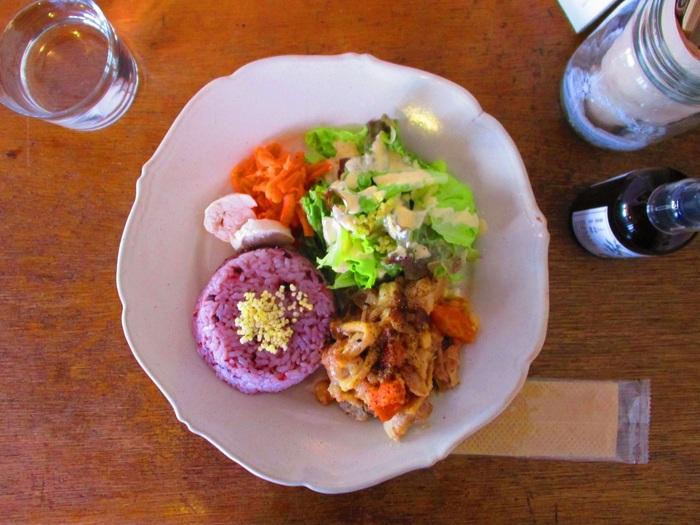 吉祥寺らしく、かわいくてナチュラルなカフェごはんは、コマグラカフェの魅力の1つです。野菜もたっぷり使われており、女性のランチにぴったりのサイズ感ですよ。