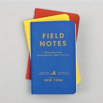 アメリカのシカゴに2008年に誕生した、「FIELD NOTES(フィールドノート)」のノートです。農場で古くから測範用として配られていた小ぶりのメモ帳を、3冊セットにしたアイテム。赤・青・黄のはっきりとしたカラーが、目を引きますね。中は方眼デザインで、イラストやデザインなども描きやすくなっています。