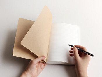 ノートに文章やイラストを描いたり、メモをしたり。そんなちょっとした行動は、次へと繋がる大きな原動力になります。今まで受け流していたことを書き出す習慣をつけて、デイリーにノートを活用してみてください。きっと考え方やちょっとした言動に、変化が表れてくるはずですよ♪
