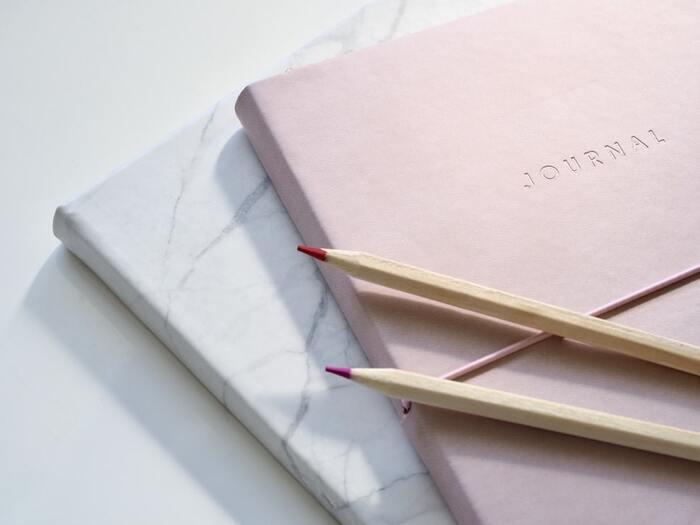 ノートの活用術として定番なのは、やっぱり日記を書くこと。専用の日記帳を用意するのもよいですが、あえてシンプルなノートに、自由気ままに日記を綴るのもアリ。スペースが制限されていない分、自分の本音を思うがままに書き出せるのが魅力です。  日記を書いて自分と向き合うことで、今まで気づかなかった自分の心の奥や本当にしたいことが少しずつ見えてくるはずですよ。