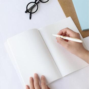 自分の夢ややりたいことを、ひたすらに思い描くノートです。文章だけで書いてもOKですが、イラストや写真、切り抜きなどを組み合わせてスクラップブック風にしても◎。  無地のノートを選べばその使い方は可能性に満ちていますから、自分の今やりたいこと、行きたいところ、欲しいものを、思う存分書き出してみてください。  夢は言葉や形にすると叶うと言われていますから、目標へのステップをイメージしやすいよう細かに書き出すのがポイントです。