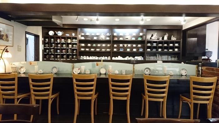 店内にはコーヒーカップやティーカップがずらっと並んでいます。コーヒーは一杯ずつ丁寧に、紅茶は約40種類~60種類もあるので、訪れる度に迷ってしまいますね。名物の「レモンパイ」をはじめ、手作りで保存料を使わないケーキや焼き菓子も人気です。