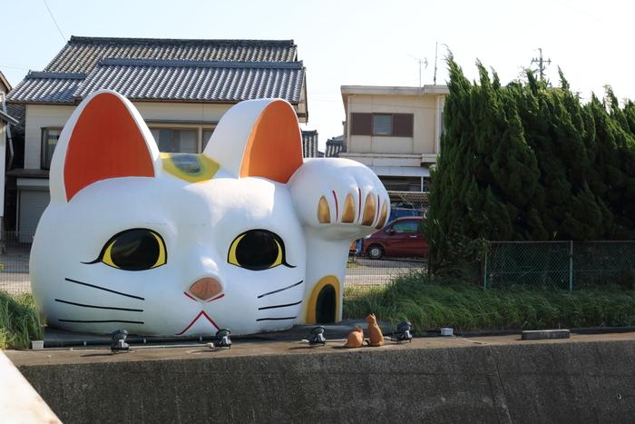 巨大な招き猫「とこにゃん」が目印となっている招き猫通りは、常滑駅交差点から北西に伸びる常滑ICへと続く道路です。
