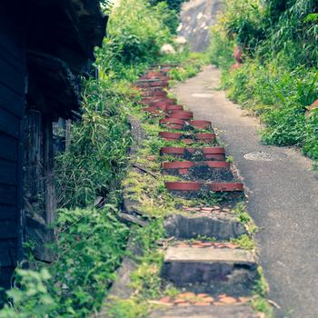 やきもの散歩道は小高い丘あります。入り組んだ細い坂道が続くやきもの散歩道には古い建物なども残されており、古き良き時代の日本情緒たっぷりです。