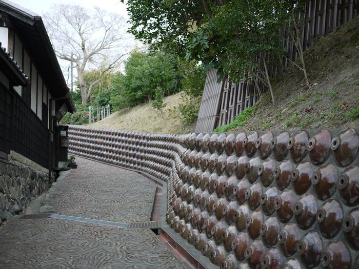 やきもの散歩道には、壁の擁壁にも常滑焼が埋め込まれた一画があります。木造の伝統家屋と常滑焼がずらりと埋め込まれた坂道は、窯業で栄えてきた常滑市の歴史を静かに物語っているかのようです。