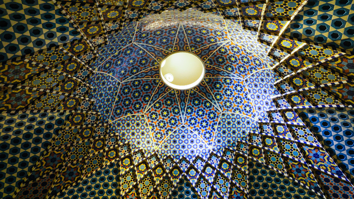 世界のタイル博物館の1階では、イスラム建築のドーム天井のように青を基調とした幾何学模様のタイル空間が広がっています。ここを訪れると、まるで中東に位置するイスラム圏のモスクに迷い込んだような気分を覚えます。