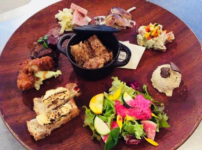 「選べるプレートランチ」はサラダやココット、ごはんなどを好きに選ぶことができるとってもお得なメニューです。お野菜中心でとってもヘルシーながら見た目も可愛い、嬉しいプレートです。