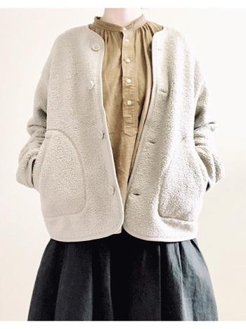 ユニクロのアウターと言えば「フリース」。ノーカラーのフリースは、カジュアルだけどどこか可愛らしさも感じさせるアイテムです。バンドカラーのシャツと合わせれば、ちょっぴりレトロな雰囲気が楽しめます。