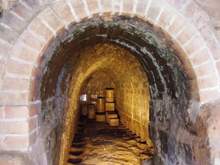 登り窯(陶栄窯)では、窯の内部を見学することもできます。長い期間に渡って、陶器を生産し続けてきたことにより窯の内部に付着した釉薬や灰はキラキラと光っている様を眺めながら、この登り窯でどのような作業が行われていたのか想いを馳せてみてはいかがでしょうか。