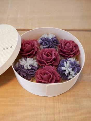 和菓子なのですが、食べるのがもったいない!このような薔薇がモチーフのおはぎは、目の保養にもなるほど、美しいですね。もはやアート作品のよう。  【購入先について】 桜新町と学芸大学に店舗を構える「タケノとおはぎ」。 日持ちは当日中ということで、わいわい盛り上がる女子会のおもたせとして、いかがでしょうか?