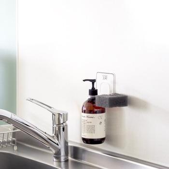 水垢になりやすいシンクは、常にキレイを保ちたいですね。 ボトルのそこがヌルヌルになりがちなディッシュソープは、ソープホルダーを使ってシンク周りの掃除をしやすくしましょう。