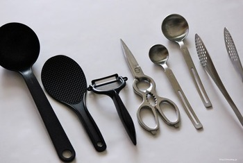 ものが増えやすいキッチン。引き出しの中やカウンターにごちゃごちゃしていると掃除も調理も大変に。 Life Coさんは、キッチンツールの色を黒とステンレスで統一することで、購入意欲を抑え、これ以上数を増やさない工夫をしています。