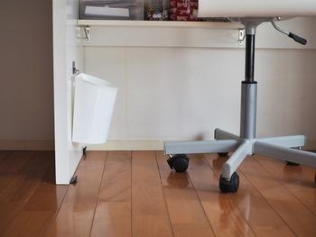 ルンバなどのお掃除ロボットを使う場合、床にモノが置いてあるとその部分だけほこりが吸えません。 IEbiyoriさんのお宅では、100均で人気のマグネット用パネルシールを貼り付けて、そこに付けたマグネットフックにセリアの半円形ゴミ箱を引っ掛けて、床から浮かせています。 ちょっとした工夫が掃除の時短に繋がるんですね。
