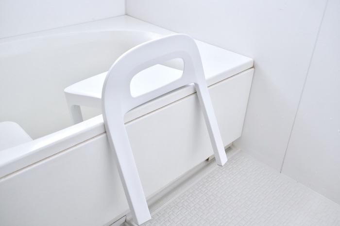 浴室用の椅子は、常に床についた状態なので、底がカビやすいのが難点。お風呂のフチに引っ掛けておける形のものを選ぶのがコツ。水回りはできるだけ乾きやすい環境にするのが、掃除を楽にするポイントです。