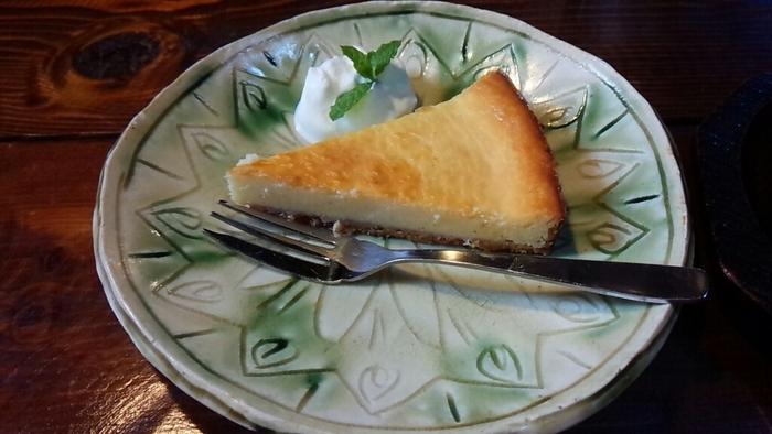 カフェタイムのお勧めは、何と言っても自家製のケーキ。ランチメニューにお得にセットすることも可能です。  サクサクっとしたクランブル生地と胡桃の食感が小気味好い『バナナとクルミのクランブルケーキ』の他、『ガトーショコラ』や『本日のシフォンケーキ』等、数種用意されています。 【釉薬が美しい皿にのせられたニューヨークスタイルの『ベイクドチーズケーキ』】