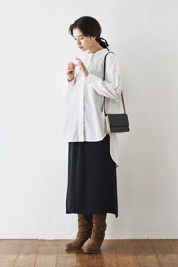 こちらのロングシャツは、前後差のある個性的な裾デザインがおしゃれな雰囲気。一枚ではもちろんのこと、秋冬はカーディガンやニットを重ねて、様々な着こなし方が楽しめますよ。すっきりしたシルエットのロングスカートを合わせれば、より大人っぽく上品な着こなしに。