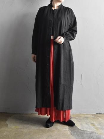 シンプルな黒のロングシャツは、色の組み合わせ方次第で様々な雰囲気を演出できるのも大きな魅力です。こちらのように華やかな赤いスカートを合わせれば、エレガントで女性らしい印象に。ダークカラーの洋服が増える秋冬シーズンこそ明るい色を取り入れて、いつもとは一味違った雰囲気のコーディネートを楽しんでみませんか。