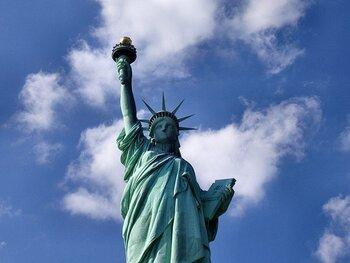 文化の最先端が集まる全米一の大都市ニューヨークは、見所が尽きません。タイムズスクエア周辺は劇場やレストラン、ショップが集まる屈指の商業地区。また自由の女神、メトロポリタン美術館、グッゲンハイム美術館など名だたる観光名所が集まっています。