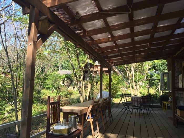 笠間市内には、豊かな自然環境に溶け込んだカフェが点在しています。「春風萬里荘」から車で5,6分。歩いて20分程にある「pain de musha musha and coffee」もその一つです。【庭に面した気持ち良いテラス席】