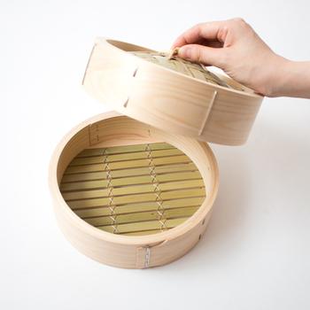 せいろの素材として一般的なのは竹・杉・ひのき。竹は香りがあまり強くないので、木の香りが食材についてしまうのがイヤという方におすすめ。杉は香りが強いので、木の香りが好きな方におすすめ。ひのきは木目が細かく丈夫なことから、長く使える特徴があります。基本的な使い方は同じですが、耐久性や香りに相違があるので、自分の好みに合わせて選びたいですね。