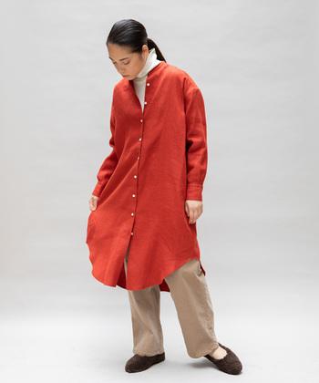 清涼感のあるリネン素材は保温性にも優れているので、秋冬シーズンの洋服にも最適な素材です。こちらは表面に特殊な加工を施した起毛リネンのロングシャツ。ふんわりと温かみのある独特の風合いが魅力的です。