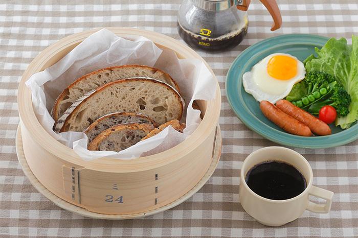 せいろで蒸すと食材に均一に熱が入り、水分も補われるのでふっくらしっとりとした仕上がりに。焼き立てのふんわり感が蘇るから、朝食のパンの温めにもおすすめ。