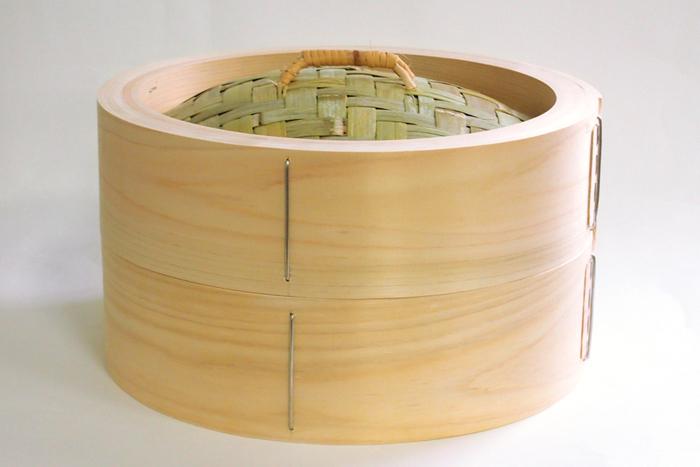 樹齢100年以上ともいわれる木曽の原木を活用し、伝統的な木製品を作り続けている山一。国産の上質な木曽ひのきを何重にも重ねて作り上げられたひのき中華せいろは、耐久性に優れていて蒸し料理の力強い味方になってくれます。