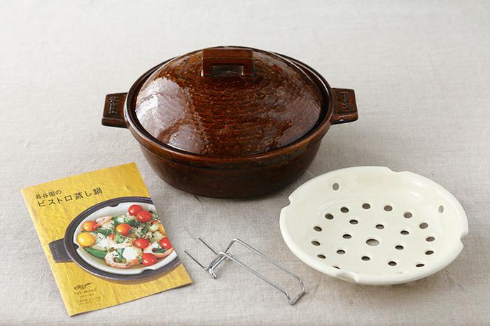 天保3年(1832)以来、三重県の伝統工芸品である伊賀焼の伝統と技術を継承してきた「長谷園」。日々の料理にマルチに活躍する「ビストロ蒸し鍋」の登場です。蓄熱性が高い伊賀の粗土と遠赤外線の効果が高い天然の釉薬が使われているので、食材の内側までじっくり熱を通してくれて、いつもの料理がワンランク上の仕上がりになります。