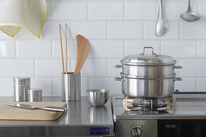 新潟県燕市に拠点を置く「工房アイザワ」のスチーマーは、スタイリッシュなデザインがかっこよく、スチーマーとしてはもちろん、一般的な鍋としても使える蓋、蒸し器、下鍋の3点セット。