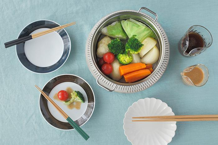 耐腐食性にも優れたステンレス鋼の下鍋は、単体として使っても機能性バツグン。蒸し器を外して蓋と組み合わせれば、使い勝手のいい両手鍋としてスープや煮物などにも活躍します。使ったあとは、すみずみまできれいに洗えて清潔なのも、使い勝手の良いステンレス製ならでは。