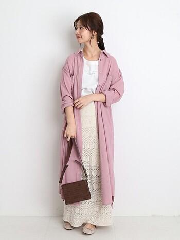 こちらのロングシャツもグレーがかったような、少しくすんだピンクが今年らしい印象です。白を基調としたシンプルな装いも、くすみカラーのピンクをアクセントにすることで、より女性らしくて華やかな雰囲気に。