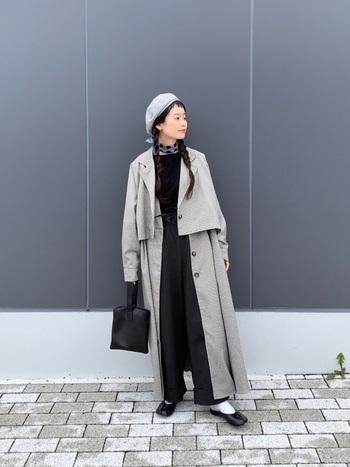 上下ブラックコーデに、ライトグレーのベレー帽とコートで柔らかなニュアンスを加えたスタイル。ベレー帽の縁をあげて前髪を少しだけ見せるのがポイント。表情も明るい印象になります。