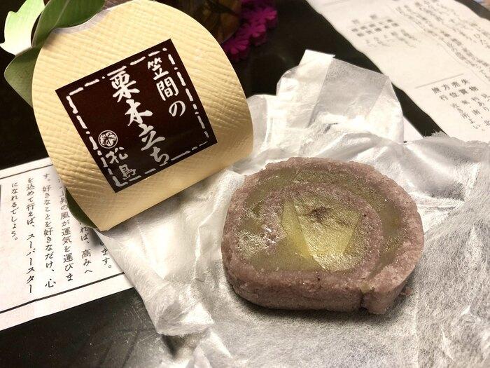 栗菓子は、一般的に秋から冬の季節に出回ります。栗の貯蔵と加工に優れる「笠間」では、期間限定販売の商品ももちろんありますが、一年を通じて、様々な栗菓子が店頭に並んでいます。  【画像の菓子は、先に紹介した笠間稲荷近くの「和菓子処 松島」の『笠間の栗木立』。笠間の栗を栗あんで包み、小豆そぼろあんで巻き上げた贅沢菓子(通信販売可)。】