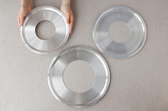 鍋に直接せいろを置くと、火力によってせいろが焦げてしまうことも。また、せいろにぴったり合う鍋を探すのは、意外と大変ですよね。そんなときに便利なのが、アルミ製の丸板の中央をくり抜いたドーナツ型の「蒸し板」です。中央の穴より大きければ、せいろよりも直径が小さい鍋でも組み合わせが可能です。