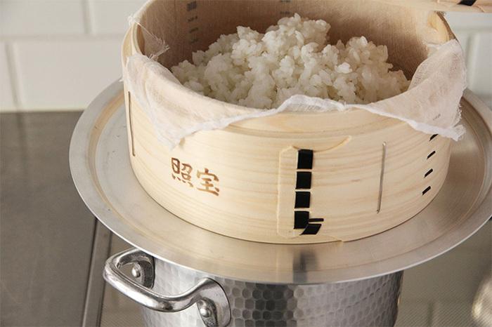 鍋にお湯を沸かしたあと、蒸し板、せいろの順に重ねて使います。間に蒸し板を挟むことで、せいろの焦げ付きも防げます。がたつきを防いで安定して置くことができるため、せいろを複数重ねたいときにも安心。26cm、29cm、32cmの3サイズから選べます。