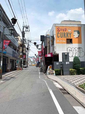 東口から3分ほど歩いたところにある「スープカレー ポニピリカ」は、個性的な外壁のデザインが目印のお店です。