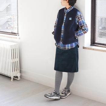 全身をネイビー系でまとめたカジュアルコーデ。膝丈のスカートだからどこか上品な印象ですね。