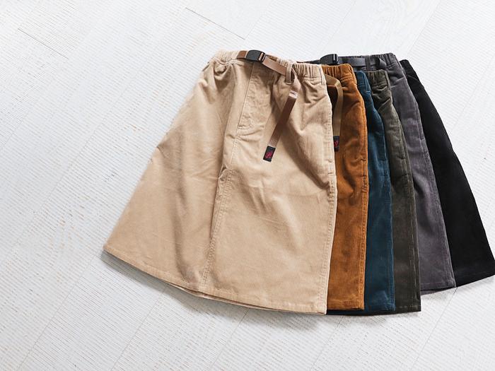 季節感漂う細畝のコーデュロイ素材のスカートは、履いた時に美しい全体的にすっきりとしたシルエットです。秋らしい渋いカラー展開も魅力ですね。