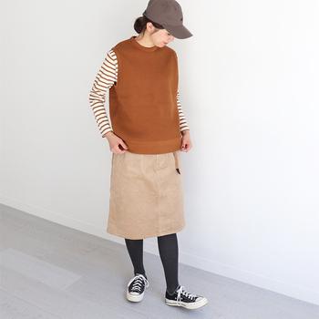 ベージュのスカートは優しげで温かみのある印象。ボーダーTにベストを合わせてレイヤードを楽しんで。