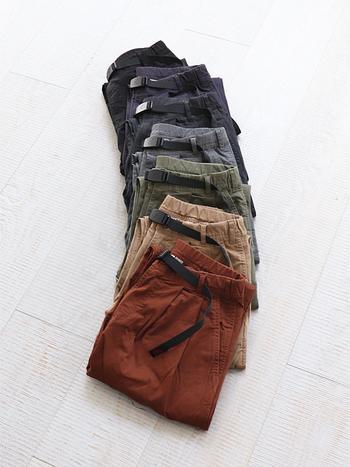 180度開脚しても股に抵抗を感じさせない「ガセット・クロッチ」というステッチングが施されたパンツ。ゆとりのあるシルエットで、履くだけで今っぽいシルエットになります。