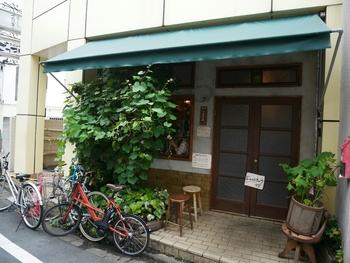 「旧ヤム邸 シモキタ荘」は、大阪の名店「旧ヤム邸」の東京1号店で、並んでも食べたいと評判の人気カレー店です。